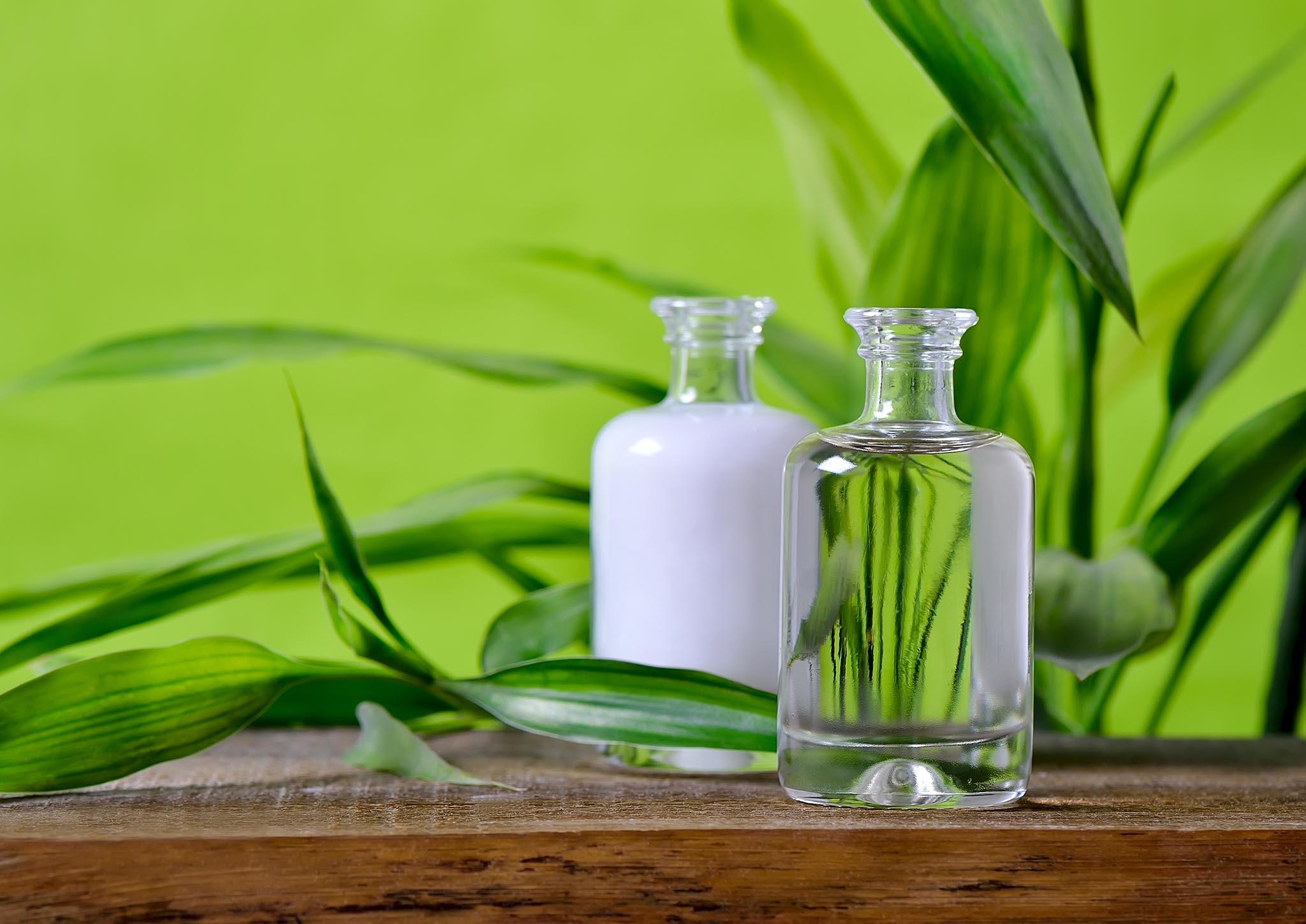 Flaschen mit Naturkosmetik