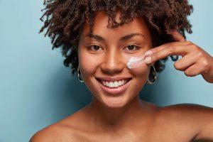 Kosmetik Sicherheit junge Frau Gesichtscreme